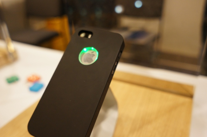 The Lune Case: THis technological marvel powers itself from the electromagnetic field of the cellphone.